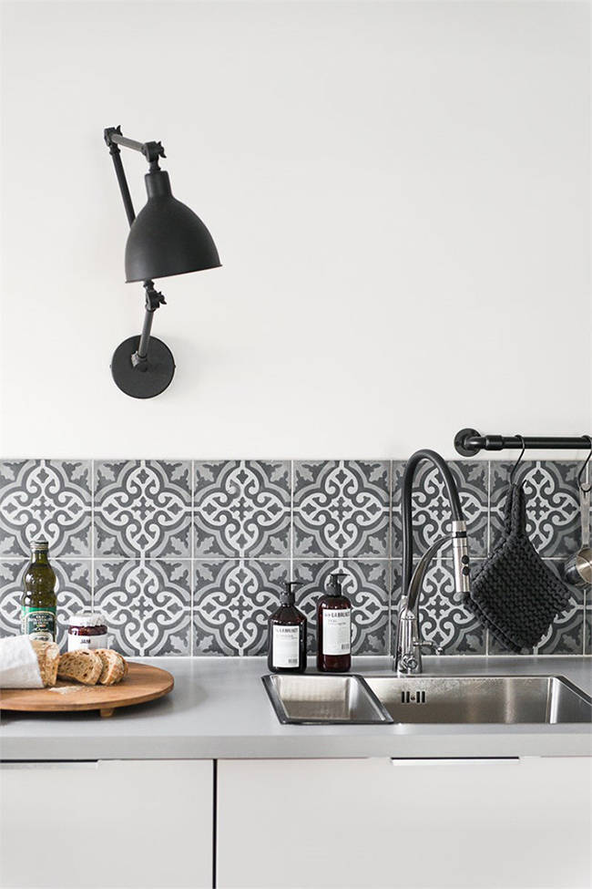 Black, White, and Wood Kitchen Inspiration via Planete Deco